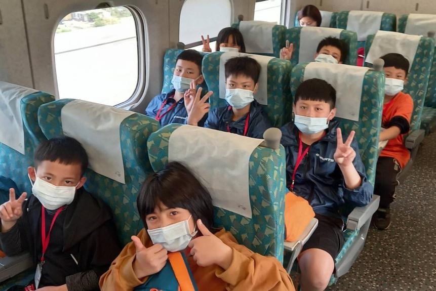 高鐵新竹站送愛 竹縣偏鄉泰雅學童首次體驗坐高鐵出遊