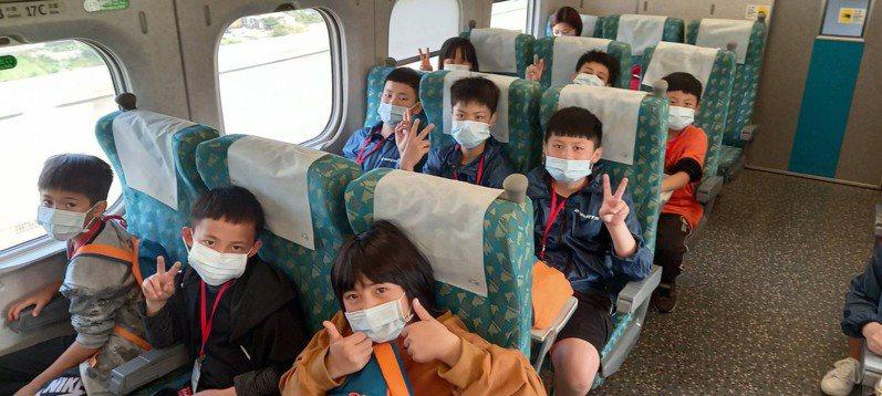 石磊國小全校46名師生今天搭乘高鐵,展開三天兩夜的台南文化之旅。圖/台灣高鐵公司提供