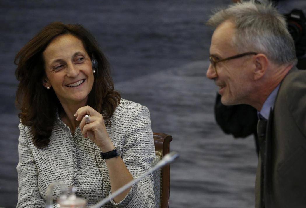 Alessandra Galloni(左)2016年參加俄羅斯總統普亭一項媒體會...