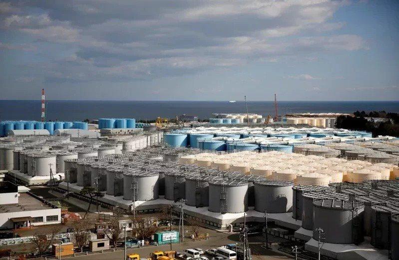 福島第一核電廠外放滿了有放射性汙水的儲存槽。路透社