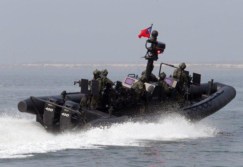 海軍陸戰隊突擊艇登船工具組去年7月採購招標,第一批工具組交貨後數次驗收不過,並傳出招標有退將介入,圖為海軍陸戰隊M109特種作戰突擊艇。圖/聯合報系資料照片