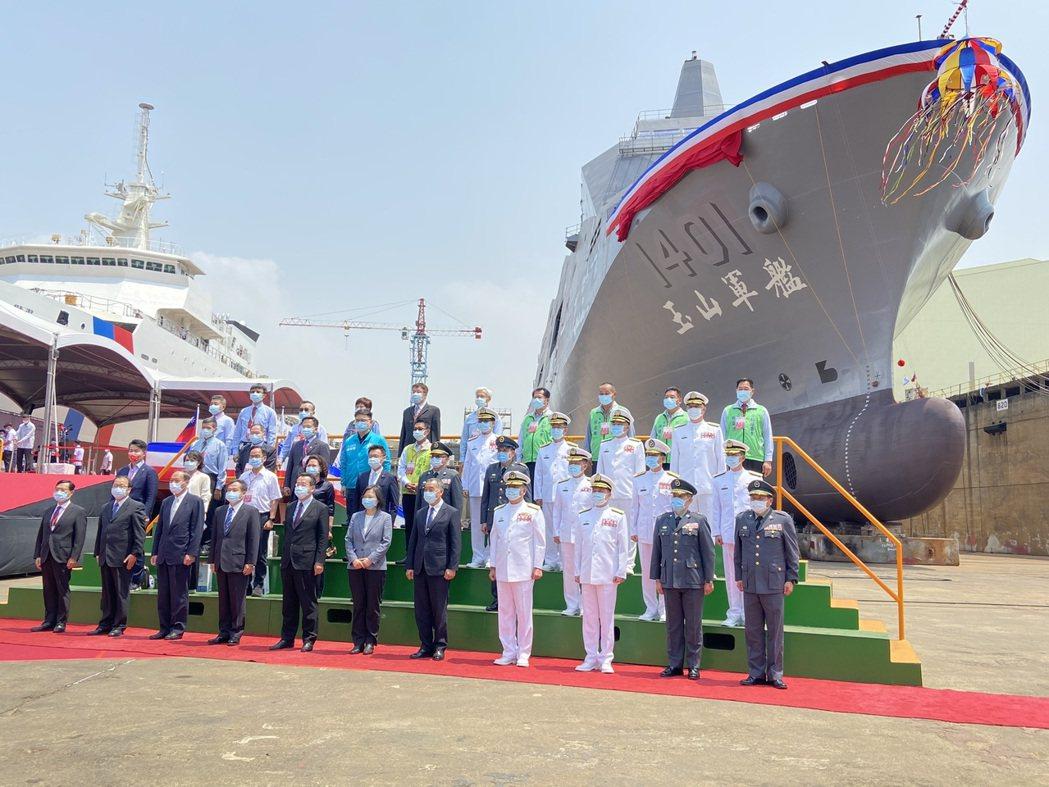 蔡英文總統今天出席海軍新型兩棲船塢運輸艦舉行命名暨擲瓶儀式。記者蔡晉宇/攝影