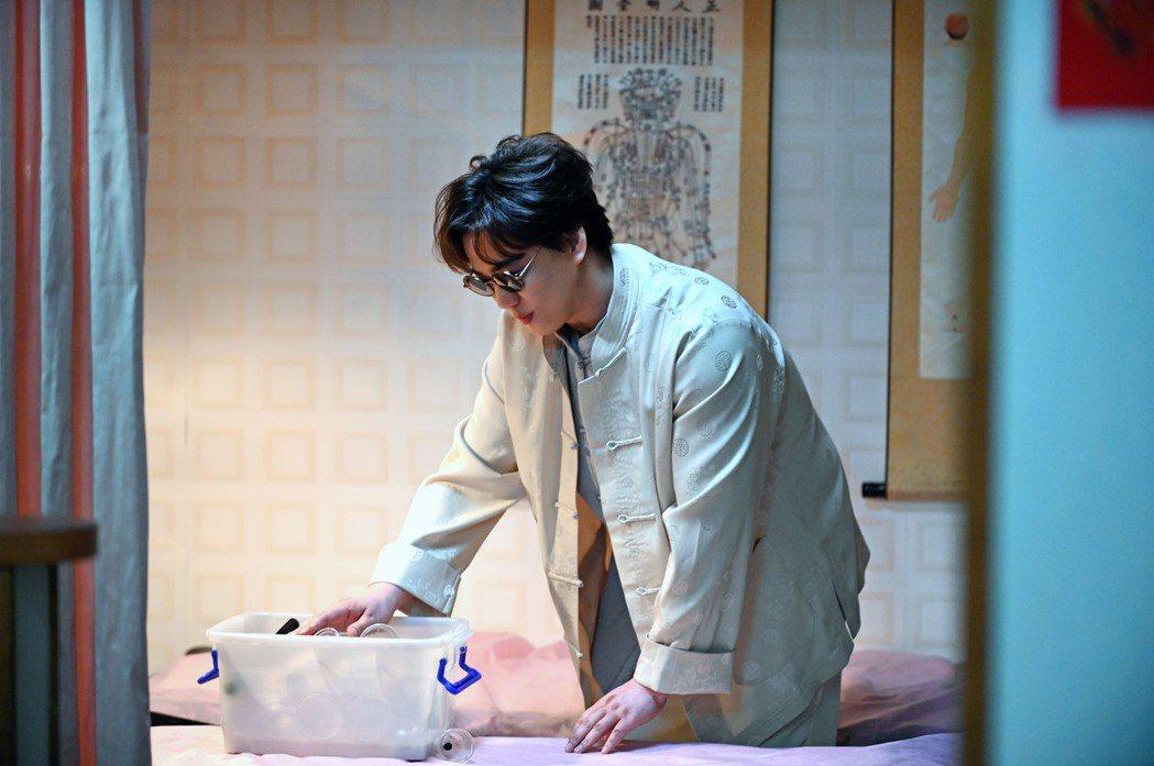 蕭煌奇在「寫一條歌,寫你我爾爾」MV化身按摩師傅。圖/環球音樂提供