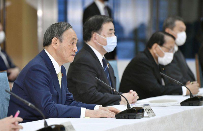 日本首相菅義偉(左)13日說,清掉處理過的輻汙水,是福島第一核電廠不能回避的課題,政府做出最實際的決定。路透