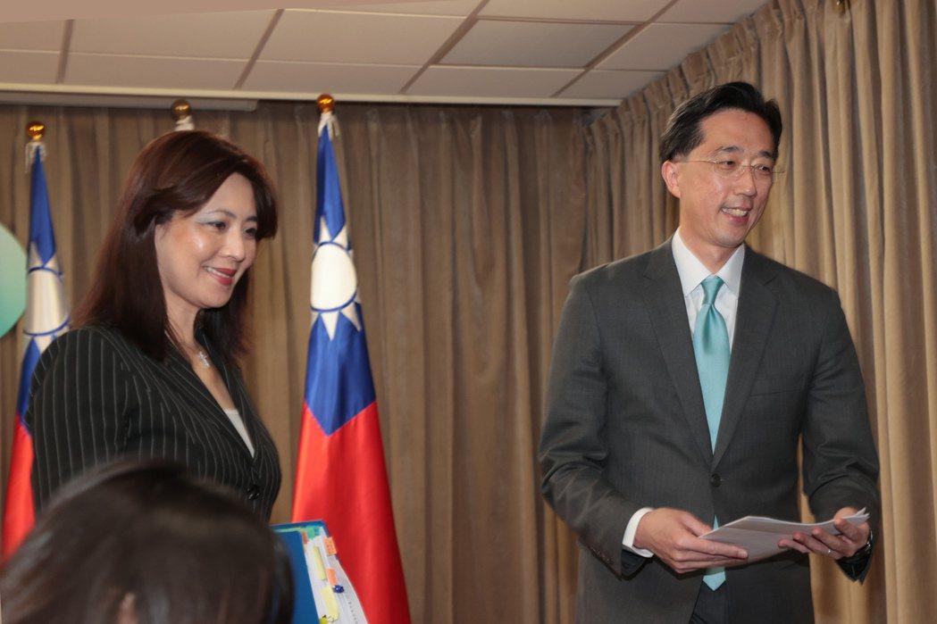 外交部發言人歐江安(左)與北美司司長徐佑典(右)上午出席外交部例行記者會。記者蘇...