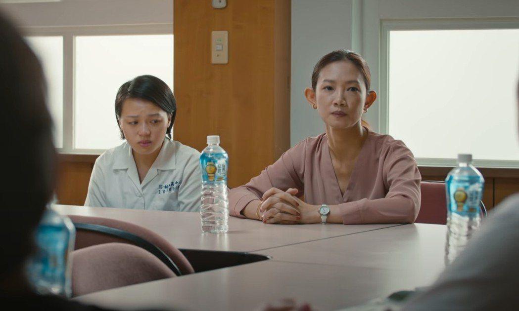 吳奕蓉(右)在劇中飾演隊長徐瑞蔆的母親。圗/客台提供