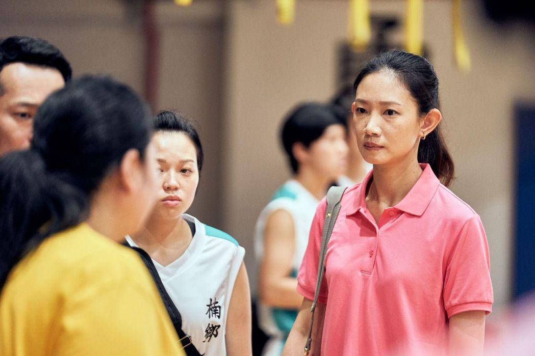 吳奕蓉(右)在「女孩上場」劇中飾演家會會長。圗/客台提供