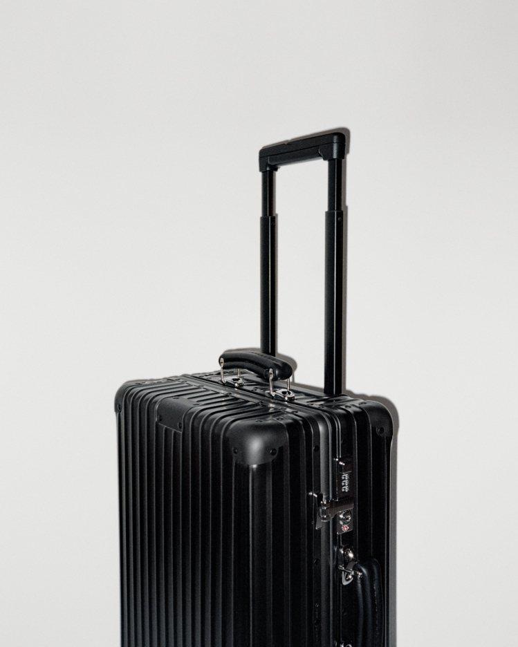 霧黑色RIMOWA Classic的製作工藝亦全面改良,配上無段式伸縮拉桿,能調...