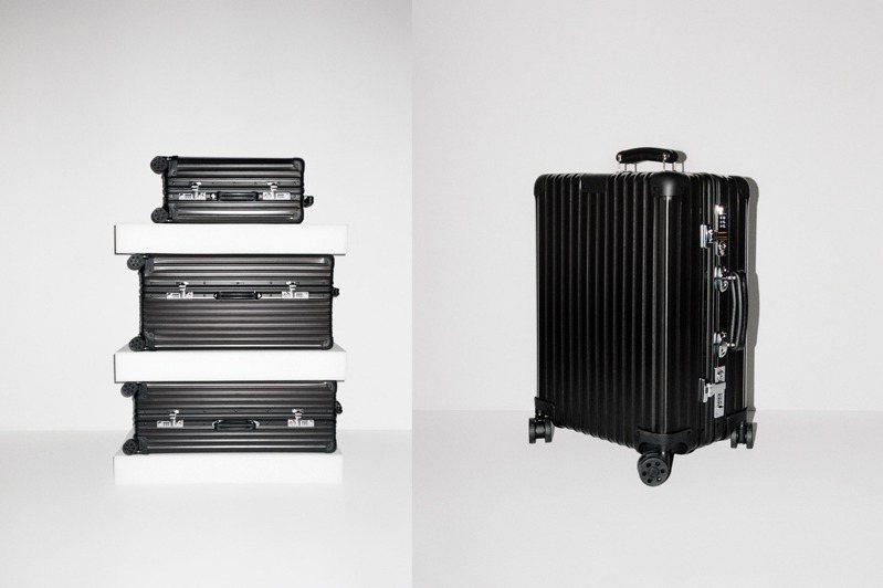 RIMOA首度推出全新霧黑配色Classic系列行李箱,包括提把皮革、滑輪都能搭配客製色彩,呈現個人風格