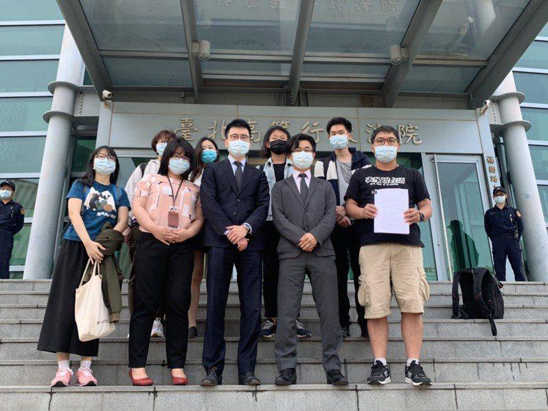 內政部將換發數位身分識別證(New eID)引發爭議,台灣人權促進會召集58名各領域民眾擔任原告,提出預防性不作為之訴。台北高等行政法院今第五度開庭。記者賴佩璇/攝影。