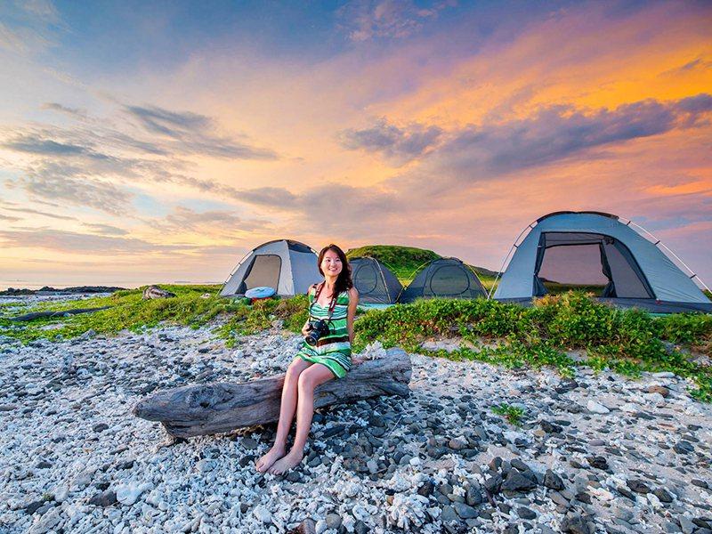 住膩了飯店,想要來點不一樣的住宿體驗,推薦澎湖無人島沙灘露營。  圖/易遊網提供