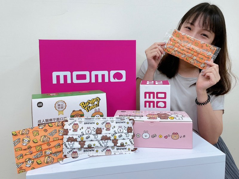 momo購物網將自4月16日凌晨0點起分兩波開賣LINE FRIENDS最新聯名口罩。圖/momo購物網提供