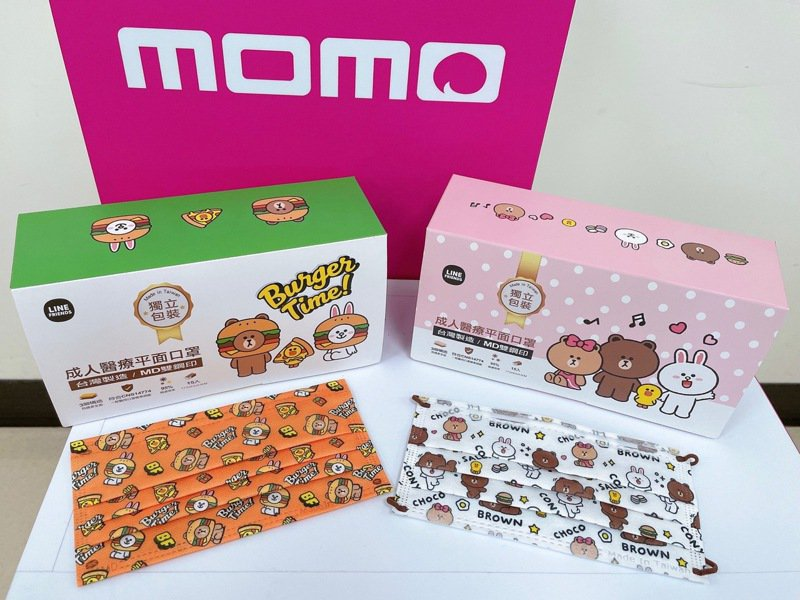 momo購物網將自4月16日凌晨0點起分兩波開賣LINE FRIENDS最新聯名口罩,4月16日凌晨0點塗鴉版搶先登場,4月30日凌晨0點漢堡風再開賣。圖/momo購物網提供