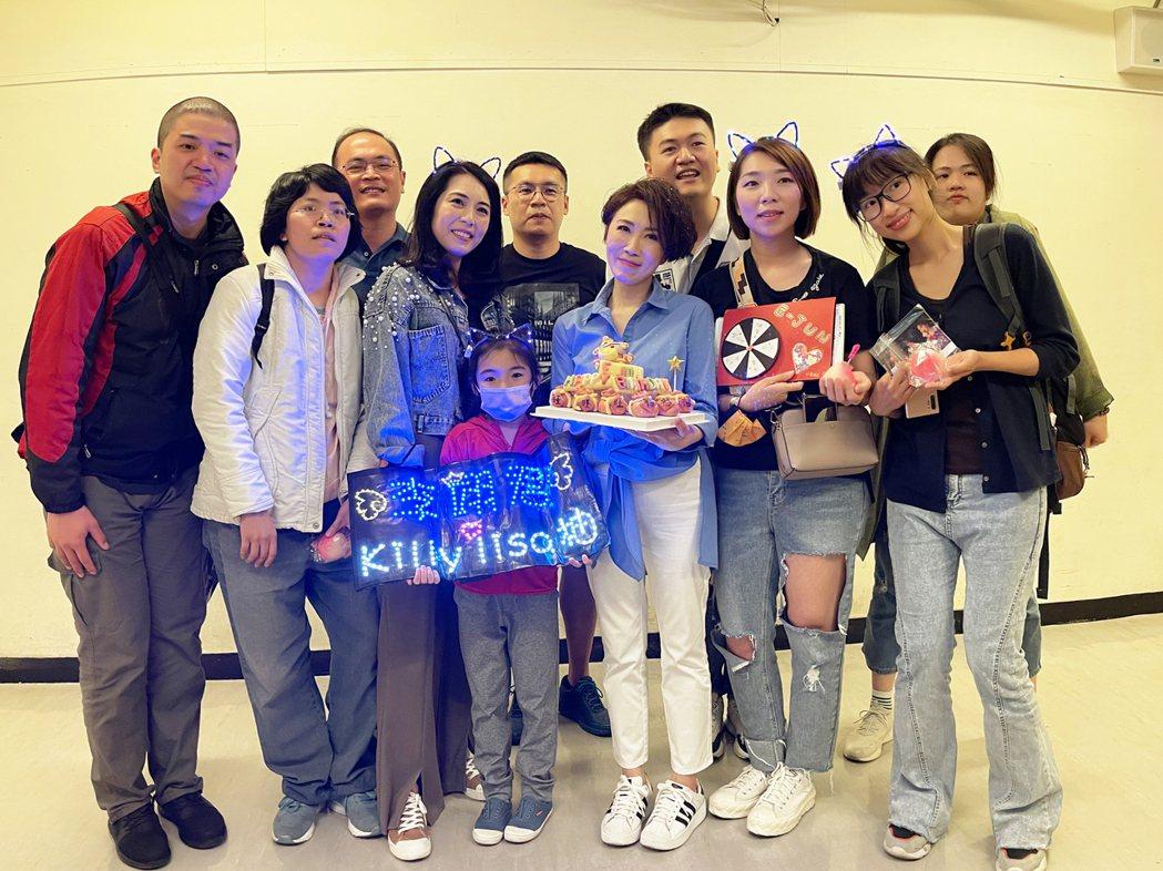 李翊君(右五)很感動歌迷提前替自己慶生。圖/寬宏藝術提供