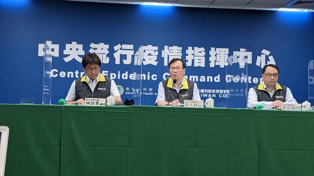 中央流行疫情指揮中心4月13日14:00記者會出席名單由左到右為疾病管制署預防醫...