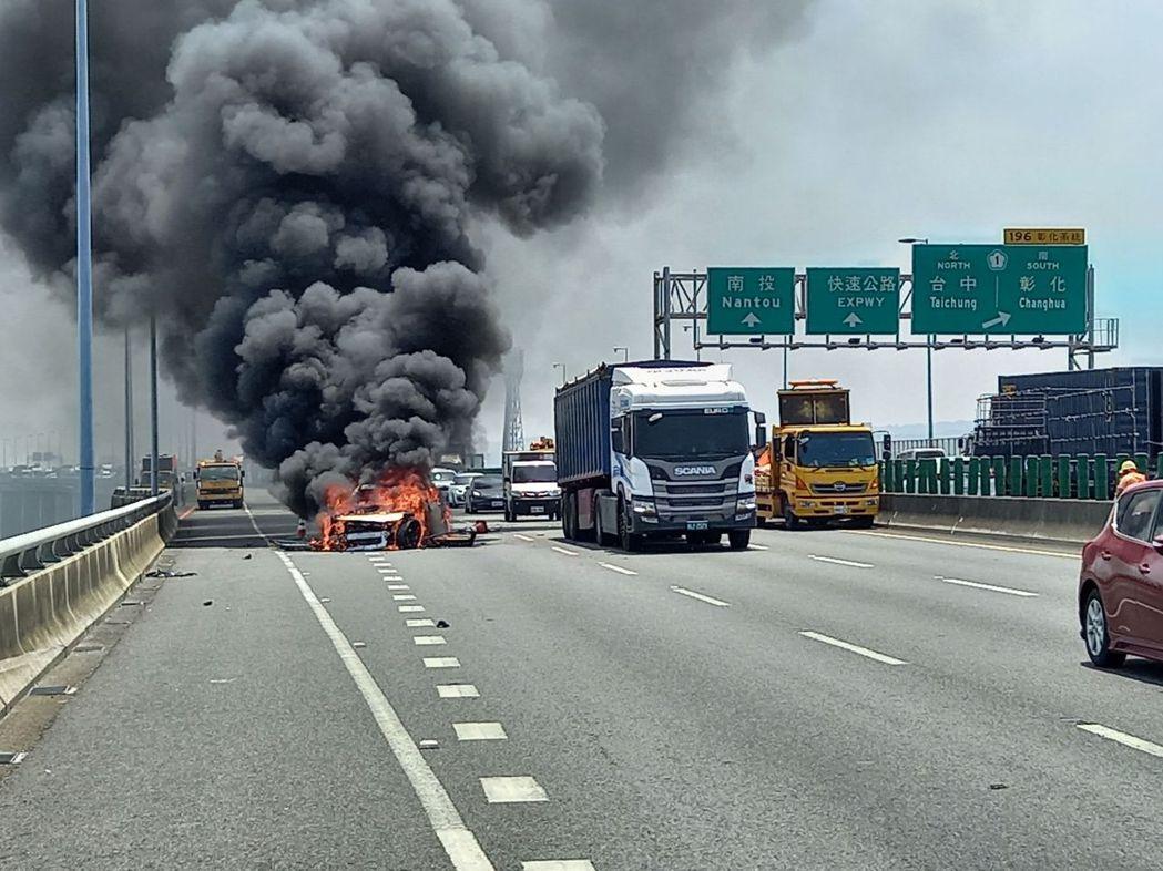 一輛賓士休旅車行經國道三號北上195.5公里內側車道疑撞到工程緩撞車起火燃燒。記...