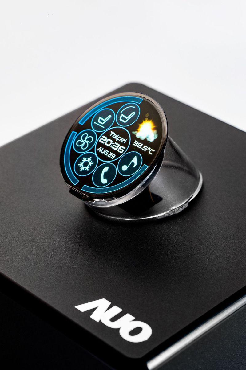 友達與錼創合作展出1.39吋全球最高像素密度338PPI正圓形Micro LED顯示器,適合車載及穿戴裝置使用。圖/友達提供