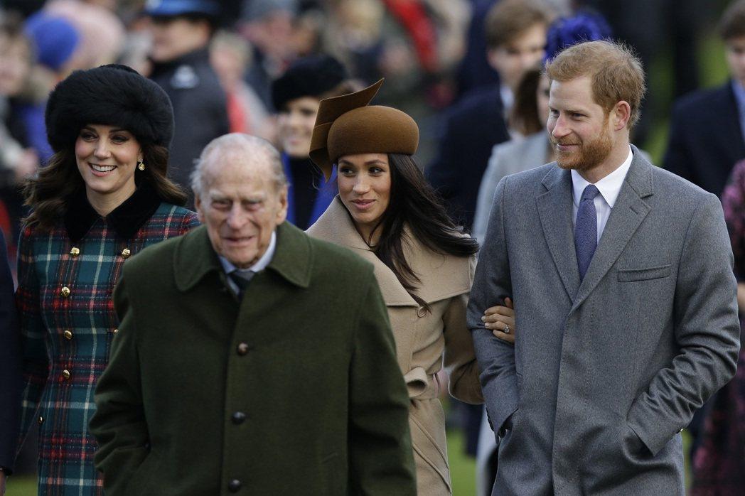 已故的菲立普親王、威廉王子夫人凱特、哈利與妻子梅根同框照片,攝於2017年耶誕節...