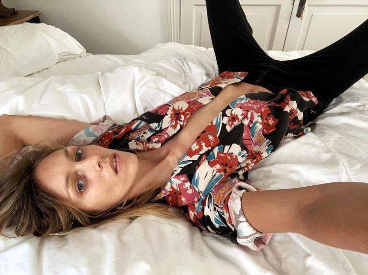 波蘭超模Anja Rubik穿Saint Laurent春夏夏威夷衫。圖/摘自I...