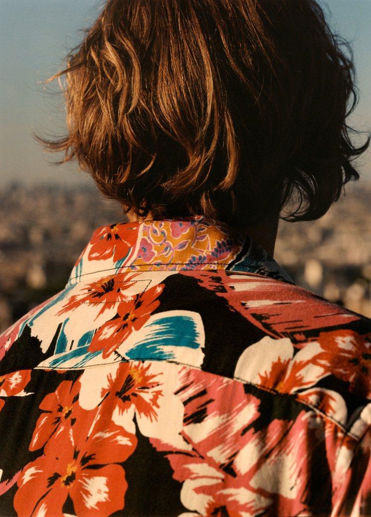 Saint Laurent春夏男裝系列絲質短袖花襯衫,以艷陽高照的夏威夷島嶼為靈...
