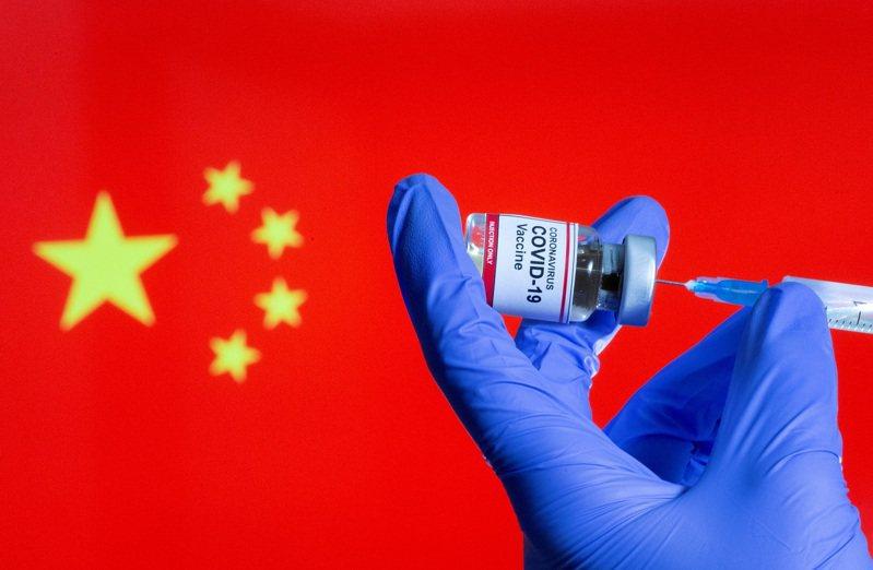中國一名醫護人員2020年10月正在準備新冠疫苗注射。紐時報導,中國政府希望國內新冠疫苗接種人數能在6月底達到5.6億人,卻面對許多民眾缺乏急迫感的阻力。路透