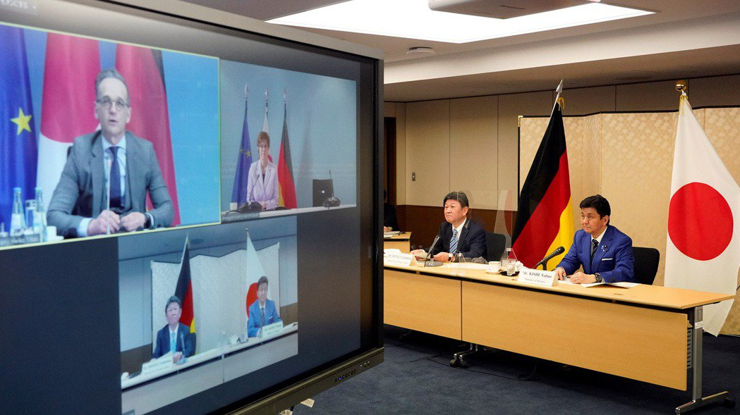 日德兩國13日重申加強安全合作。圖為兩國外長與防長當天以視訊方式進行討論的畫面。...