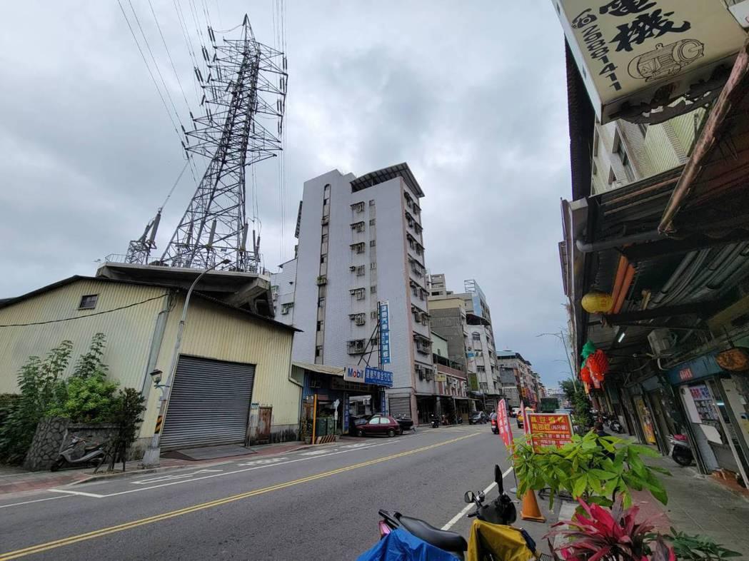 台電說明,興珍里內的3座電塔目前都被住宅包圍,施工點不好找,要找公有地或是既有道...