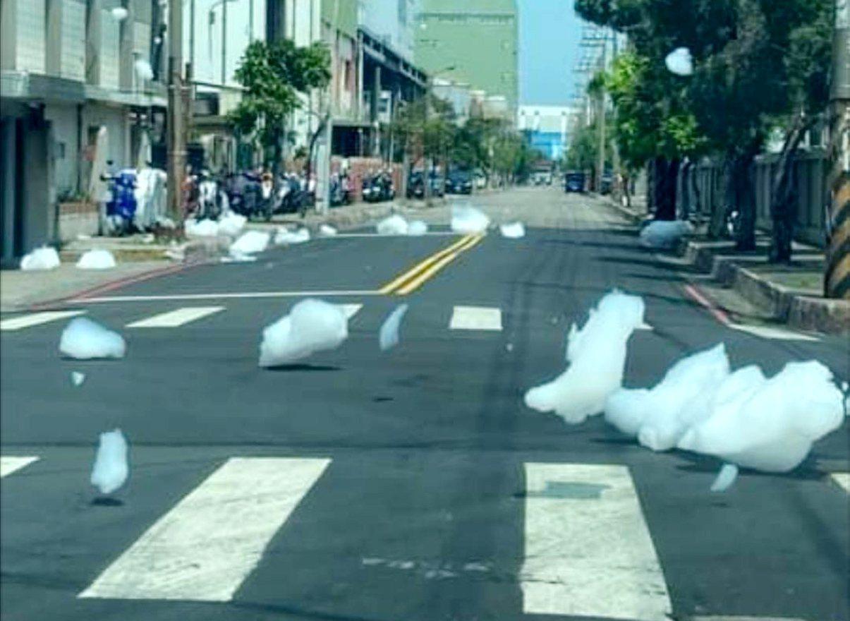 觀音工業區路面突現大片白色泡沫 網友笑「桃園旅遊泡泡」- 桃園市觀音工業區經建四路、工…