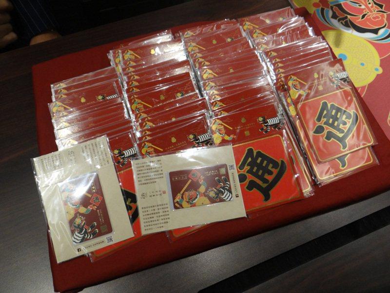 北港武德宮主委林安樂捐贈千張一卡通及讀卡機給雲林縣府,讓雲林圖書館借書走進電子化。記者蔡維斌/攝影