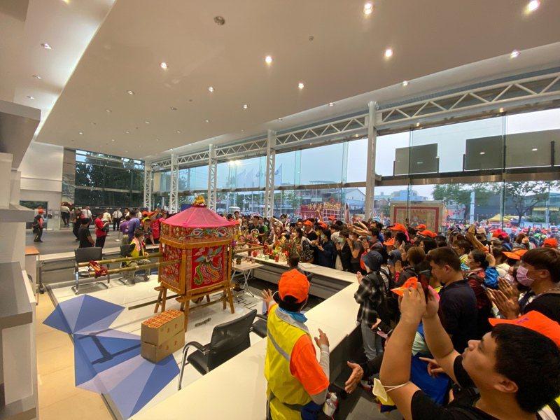 白沙屯拱天宮媽祖今晚駐駕花壇BMW展示中心,現場擠滿香客。圖/讀者提供