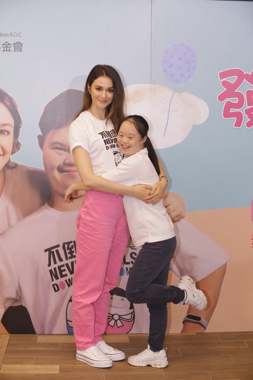 瑞莎出席公益活動,唐寶寶給予大大擁抱。圗/唐氏症基金會提供