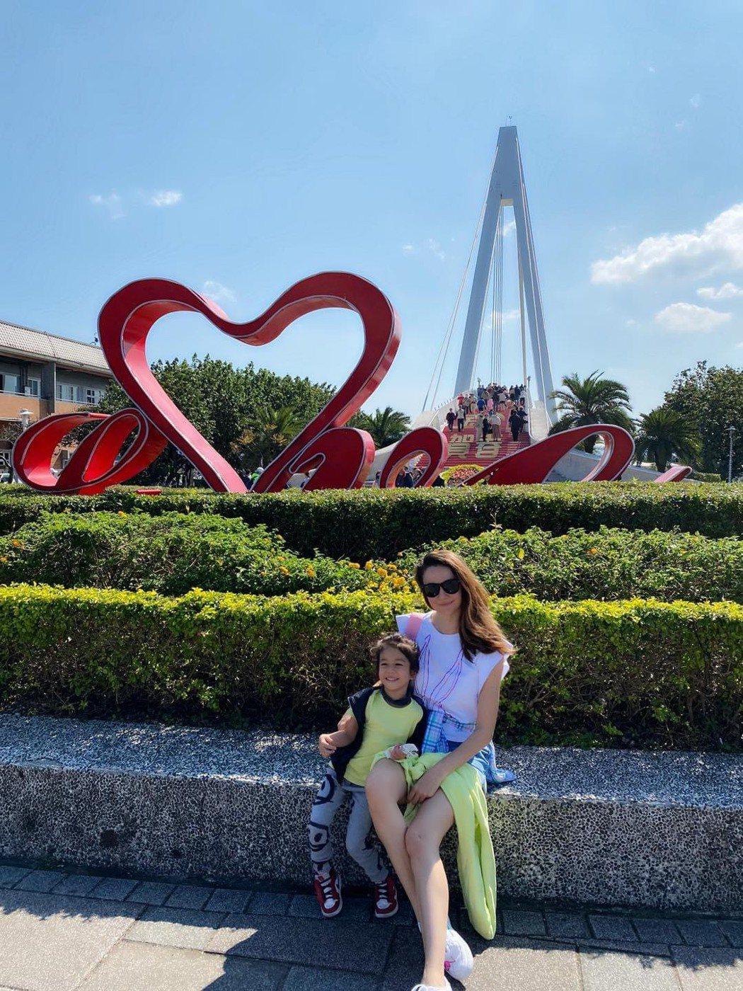 瑞莎帶女兒出遊。圗/摘自臉書