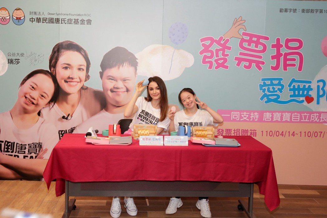 瑞莎(左)和唐寶寶一起製作手工皂,場面溫馨。圗/唐氏症基金會提供