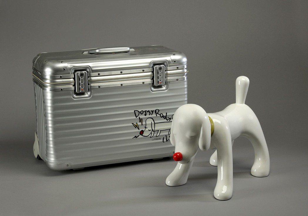 奈良美智在2012年與行李箱品牌RIMOWA聯名作品,「DOGGY RADIO ...
