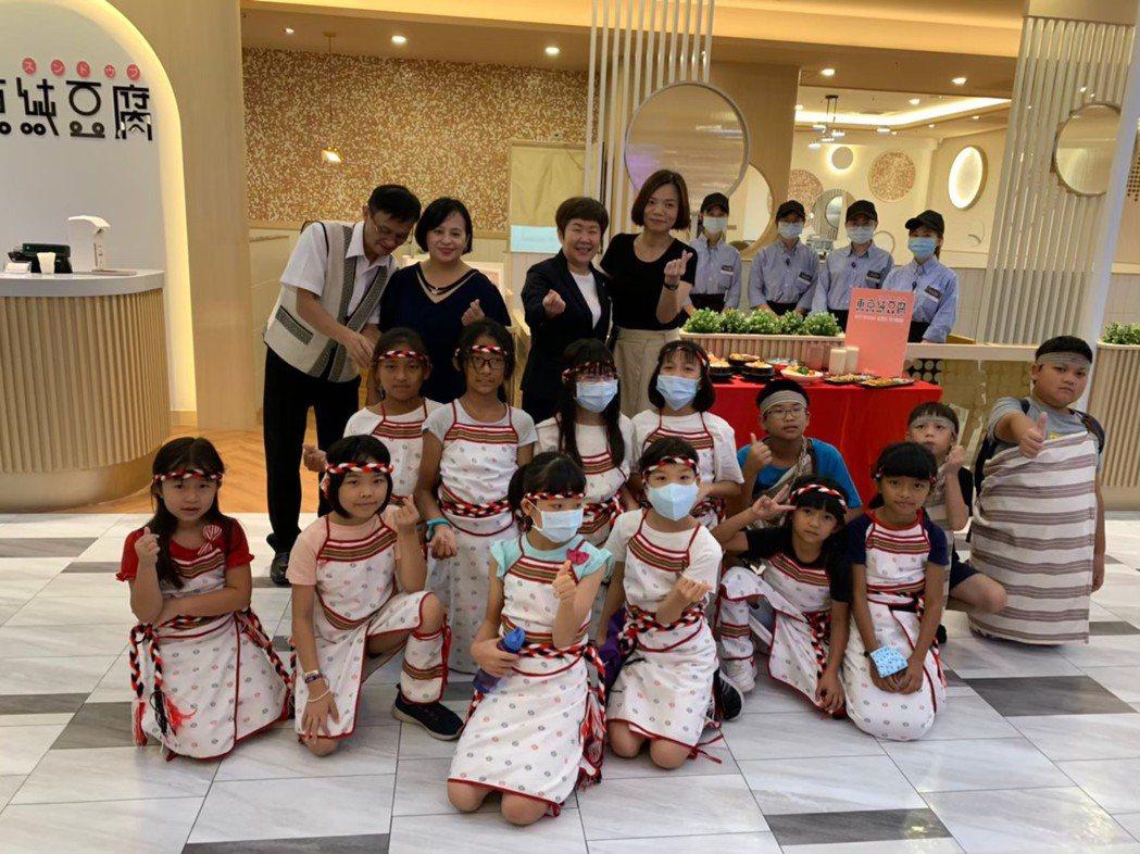 新竹SOGO提供給孩子們展演舞台,餐廳開幕記者會邀請榮光教會孩童到場表演。圖/業...