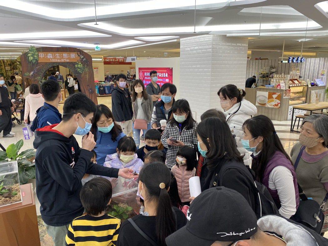 新竹SOGO每年舉辦百場親子活動DIY、小學堂及互動體驗-甲蟲展導覽,帶小朋友認...