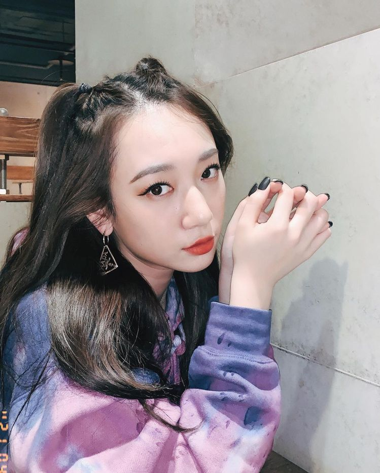 Julia Wu吳卓源則是混搭PRADA 三角Logo垂墜式和貼耳式耳環,低調中...