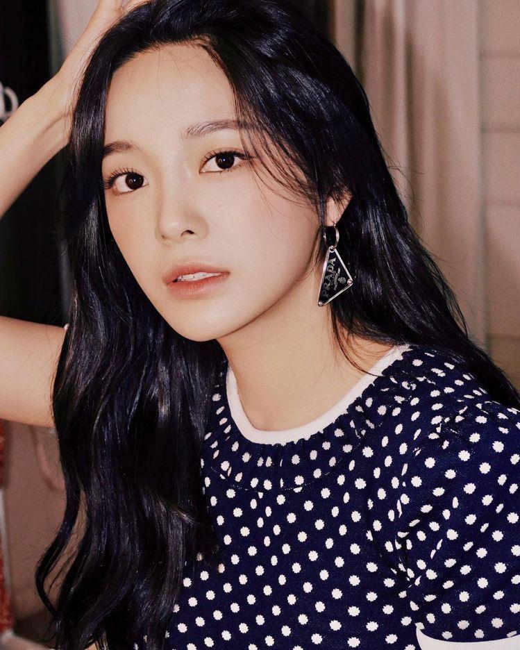 韓國女星金世正配戴PRADA垂墜式三角Logo耳環。圖/摘自IG