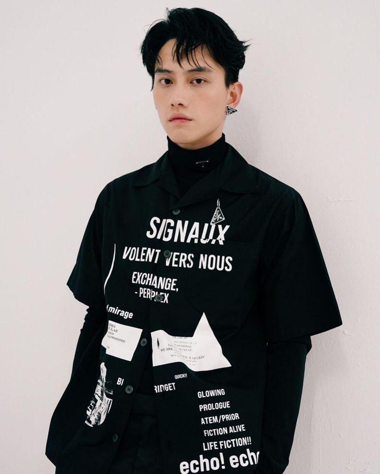 范少勳最近就以PRADA男裝搭配三角Logo單邊耳扣,更顯帥氣瀟灑。圖/摘自IG
