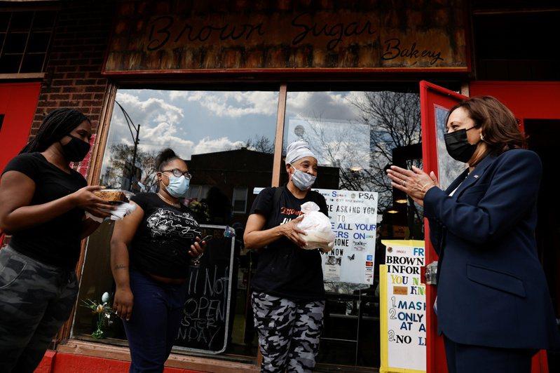 美國副總統賀錦麗(右一)本月初赴芝加哥推廣接種新冠疫苗,期間短暫停留一家麵包店,雖然麵包店生意變好,卻意外讓店家捲入政治爭議。路透