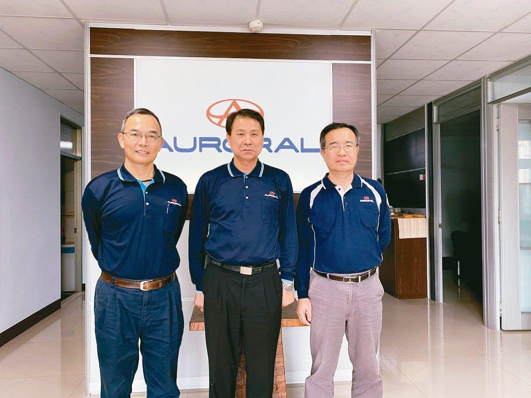 旭宏金屬總經理連介民(中)、廠長許昭欣(右)與經理黃慶城,是一同創業的夥伴。旭...