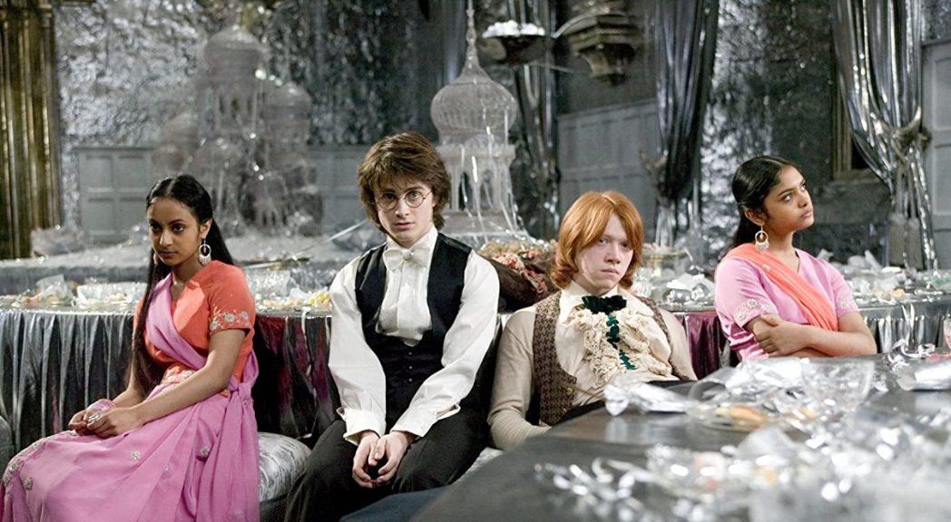 芙珊艾薩德(右一)少女時期扮演被榮恩(右二)冷落的舞伴芭瑪。圖/摘自imdb