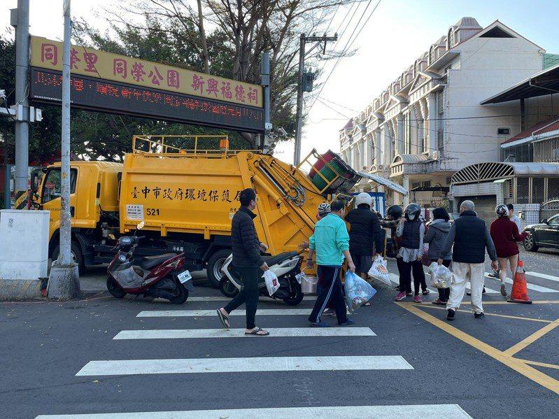 台中市環保局推出「倒垃圾」App,可顯示垃圾車即時位置動態,倒垃圾不必等。圖/台中市環保局提供