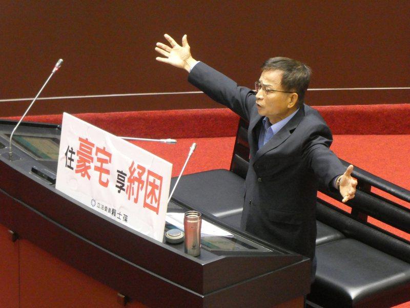 日本政府今日拍板定案,目前存放於福島第一核電廠的輻射汙水將於2023年開始排放至海洋,引發汙染太平洋生態質疑。國民黨立委賴士葆批評,日本是一個道地以鄰為壑的國家,周邊國家都被迫捲入這場環境生態汙染的浩劫中。記者周志豪/攝影