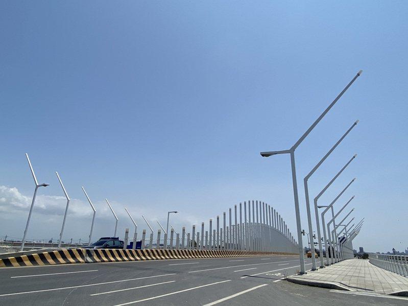 台南市安南區海尾寮橋去年通車,橋梁有8座景觀燈柱,其中堤岸側的照明為LED燈,道路側照明則是高壓鈉燈。記者鄭維真/攝影