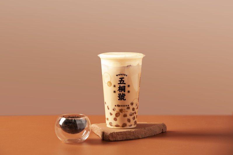 「五桐號」在4月14日推出「流心奶皇珍珠奶茶」買1送1優惠。圖/五桐號提供