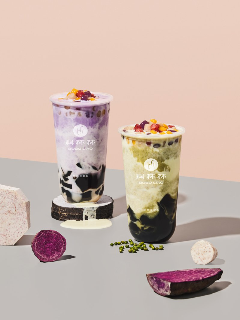 新開幕的「料杯杯」,提供有紫芋泥啵啵牛乳沙、彩小芋綠豆牛乳沙、彩小芋爆料厚奶等不同飲品。圖/料杯杯提供