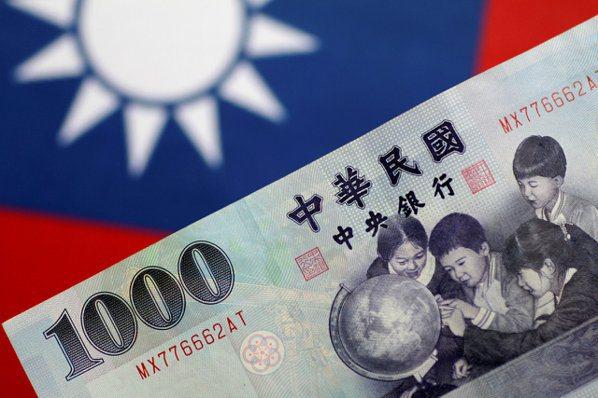 市場對台灣被列為匯率操縱國的預期升高,新台幣已自3月時的高點貶值逾2%。(本報系...