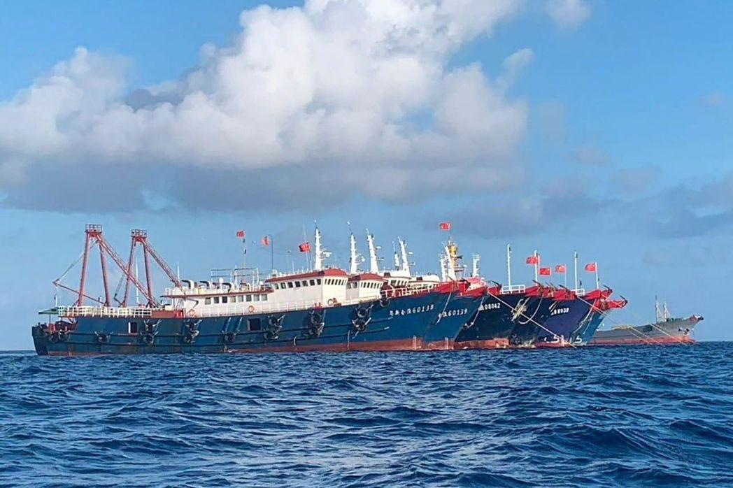 南海牛軛礁船隻爭議持續令中菲兩國關係持續緊張,圖為上月27日成排停泊於牛軛礁附近...