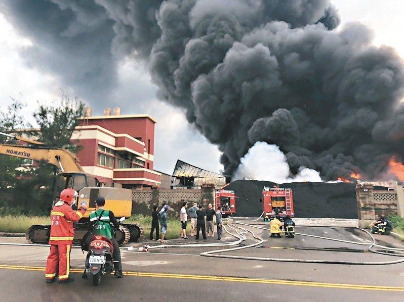 彰濱工業區2019年4月前曾發生輪胎工廠火警,遍尋不到水源下,消防人員緊急拉了850公尺遠的水線引海水灌救。圖/縣議員賴清美提供